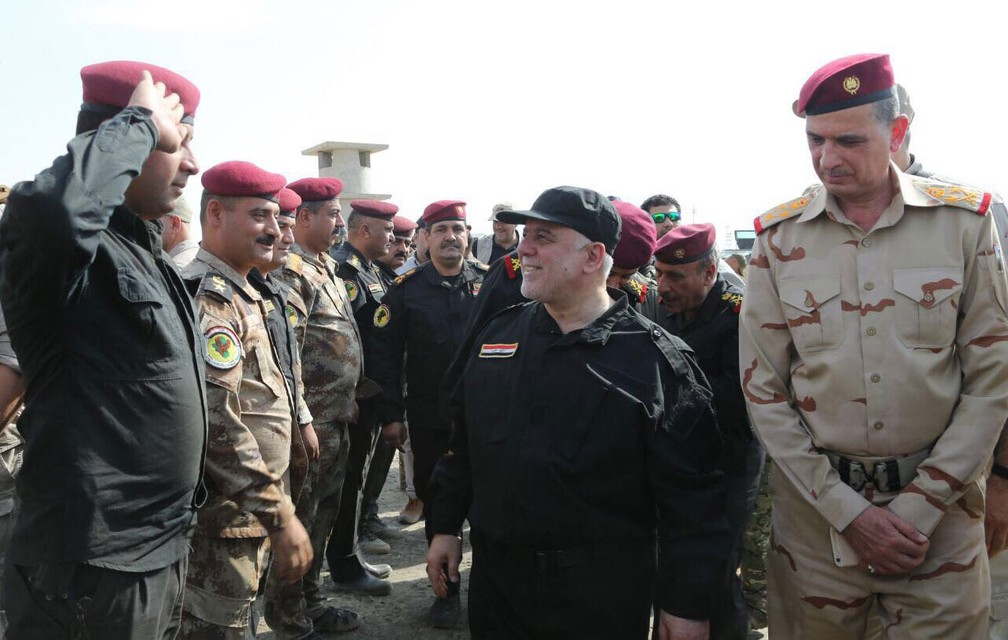 O premiê iraquiano,  Haider Al-Abadi, cumprimenta comandantes e forças que lutaram para libertar a cidade de Mossul (Foto: Reprodução/ Twitter/  Haider Al-Abadi)