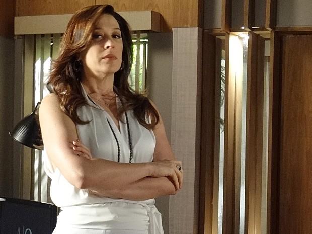 Lívia fica preocupada com a informação fresquinha que recebeu (Foto: Salve Jorge/TV Globo)