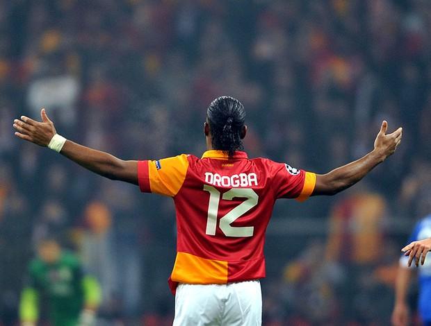 Drogba na partida do Galatasaray contra o Schalke (Foto: AFP)