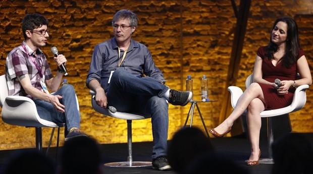 Bruno Kenj, cofundador da Owl Docs, e Cristina Junqueira, do Nubank em debate mediado por Dubes Sönegon no Festival de Cultura Empreendedora (Foto: Ricardo Cardoso)