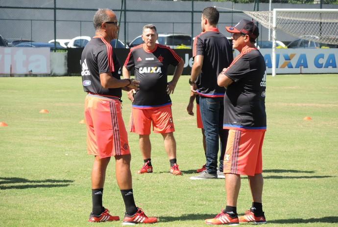 Muricy conversa com Jayme de Almeida; dupla jogou junta no São Paulo e agora está no Fla (Foto: Gustavo Rotstein/GloboEsporte.com)