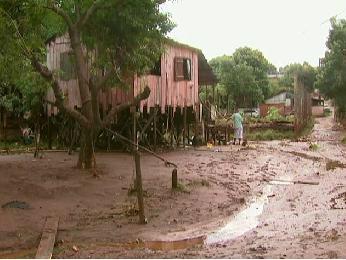 Moradores passaram a manhã de segunda-feira (31) retirando água e lama das casas (Foto: Reprodução/RPCTV Foz do Iguaçu)