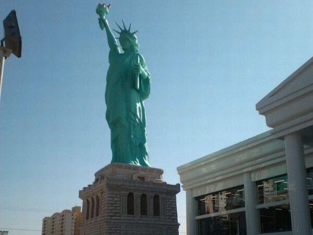 8ea2901c4 Réplica tem 35 metros de altura e foi colocada em frente à loja em Bauru (