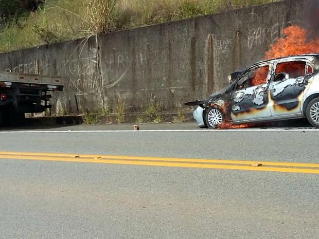 Carro pegou fogo após bater contra caminhão em Caconde (Foto: VC no G1)