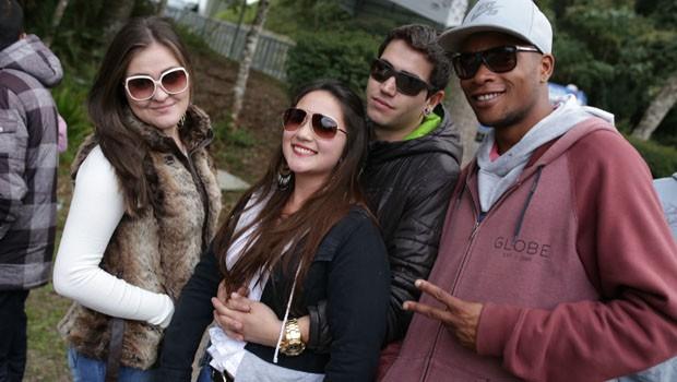Os amigos Daiane, Juliana, Tiago e Domingos estavam animados e aproveitaram para registrar o momento no festival (Foto: Luiz Renato Correa/RPC)