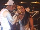 Naldo festeja Ano Novo com champagne e beijo em Moranguinho