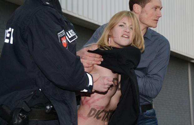 Seguranças contiveram o protesto durante a feira de automóveis em Hanover (Foto: Jochen Lübke/DPA/AFP)