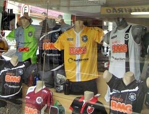 Camisas de Rio Branco-ES decoram vitrine de loja em Vitória (Foto: Deysiane Gagno/Rio Branco AC)