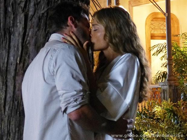Cassiano e Ester se beijam escondidos (Foto: Flor do Caribe / TV Globo)