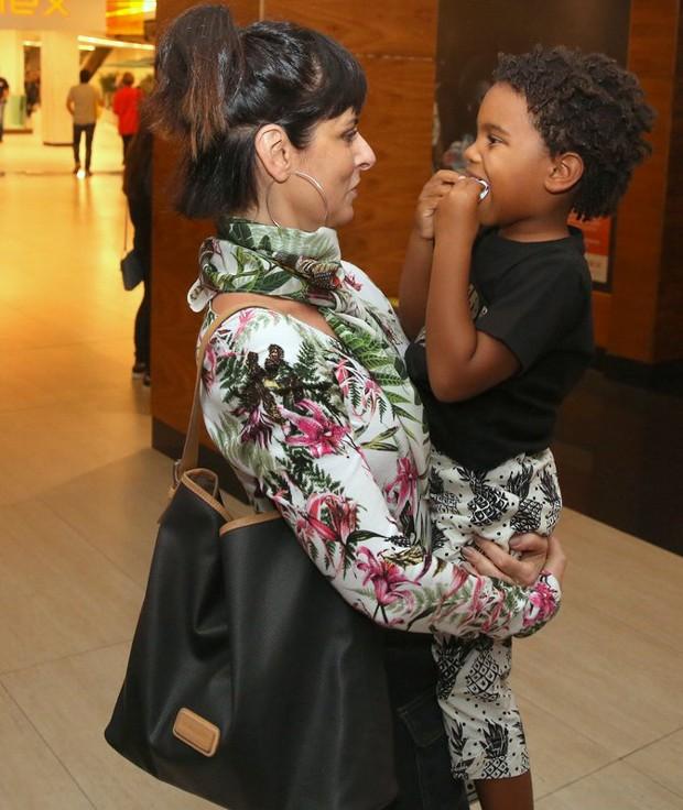 Fernanda Abreu com Roque, filho de Regina Casé (Foto: AgNews)
