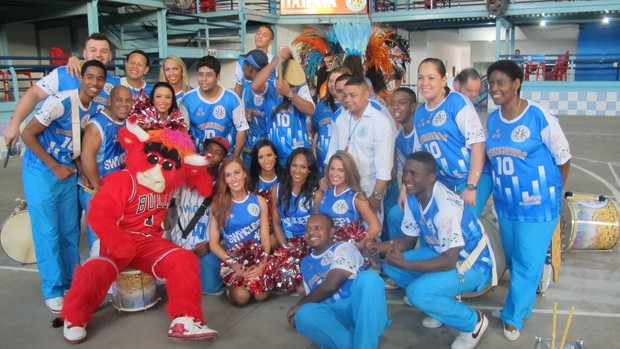 cheerleaders do Washington Wizards, mascote do Chicago Bulls e integrantes da Vila Isabel (Foto: Globoesporte.com)