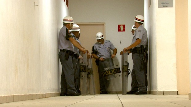 Policiais fazem proteção para árbitro na Fonte Luminosa (Foto: Ely Venâncio/ EPTV)