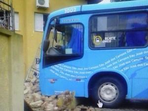 Ônibus derrubou o muro da casa na Av. Tenente Névio Baracho.