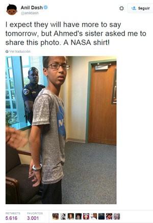 Postagem no Twitter mostra foto de Ahmed Mohamed algemado. Segundo Anil Dash, blogueiro de tecnologia que se aproximou da família de Ahmed, a foto foi disponibilizada pela irmã do menino (Foto: Reprodução/Twitter/@anildash)