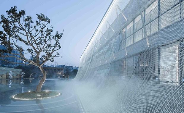 Malha de metal integra arquitetura de escritório chinês à natureza (Foto: Divulgação)