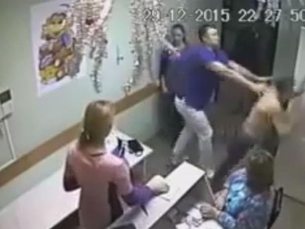 Médico agrediu paciente que supostamente desrespeitou enfermeira (Foto: Reprodução/YouTube/Top&Hot)