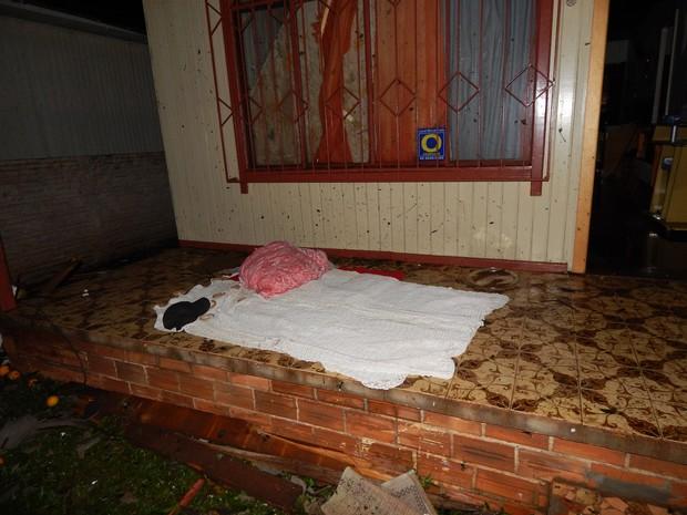 William e Ana improvisaram com lençóis e travesseiro uma cama na varanda da casa (Foto: Laion Espíndula/G1)