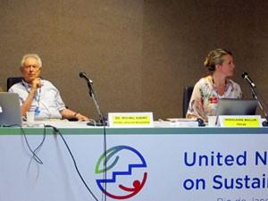 O médico francês Michel Odent, à esquerda, e a suíça Madeleine Wallin (Foto: Giovana Sanchez/G1)
