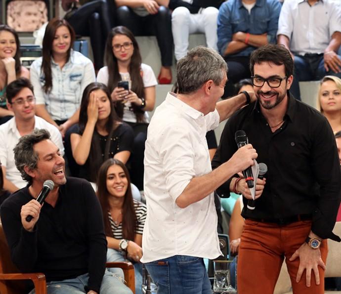 Alexandre Nero e padre Fabio de Melo se divertem em gravação (Foto: Carol Caminha/Gshow)