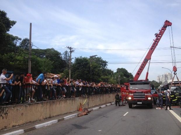 Curiosos observam retirada do ônibus envolvido no acidente da Avenida Vereador José Diniz (Foto: Letícia Macedo / G1)