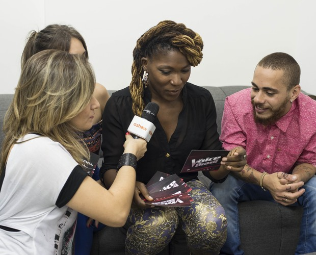 Paula Marchesini entrevista os companheiros de time (Foto: Camila Serejo/Gshow)