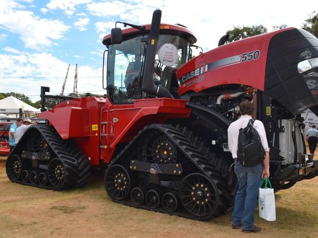 Trator Case IH Quadtrac 550 de esteiras é considerado um dos maiores do mundo (Foto: Adriano Oliveira/G1)