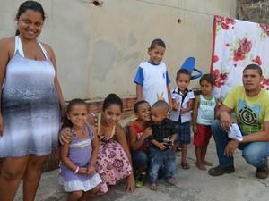 Família reunida no quintal da casa da avó (Foto: Stefhanie Piovezan/G1)