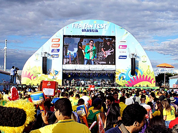 Vista do palco com telão para a Fan Fest no DF (Foto: Ricardo Moreira/G1)