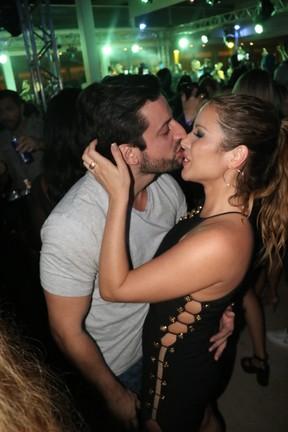 Renata Dominguez com o namorado, advogado Marcio Bruzzi, em show no Rio (Foto: Fred Pontes/ Divulgação)