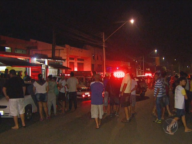 Curiosos observam local onde assaltante invadiu igreja e morreu baleado em Sumaré (Foto: Reprodução EPTV)