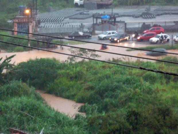 Interdição de via causada por enchente no bairro Jardim Mirizola, na divisa de Cotia com Itapevi, na região metropolitana.  (Foto: Jaqueline dos Santos/VC no G1)