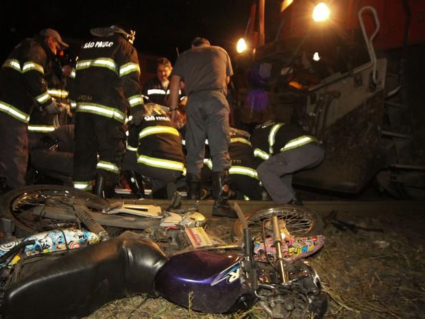 Acidente aconteceu por volta das 23h próximo ao bairro CDHU (Foto: Maurício Duch)