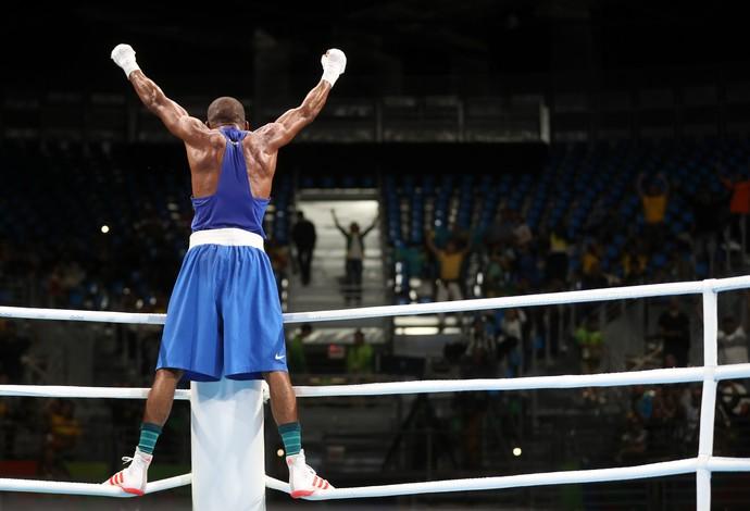 Boxeador Robson Conceição comemora vitória sobre Hurshid Tojibaev (Foto: Clayton de Souza/Estadão/NOPP)