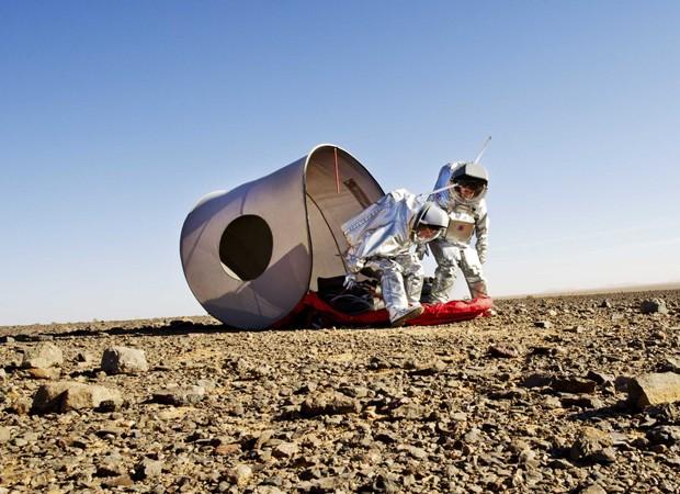 Cientistas montam abrigo durante simulação das condições em Marte (Foto: Katja Zanella-Kux/Reuters)