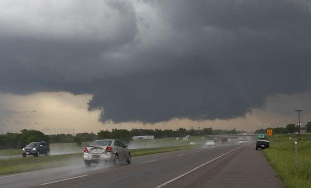 Nuvens carregadas sobre a rodovia interestadual 35, próximo a Purcell, no estado americano de Oklahoma, nesta quinta-feira (30) (Foto: AP)