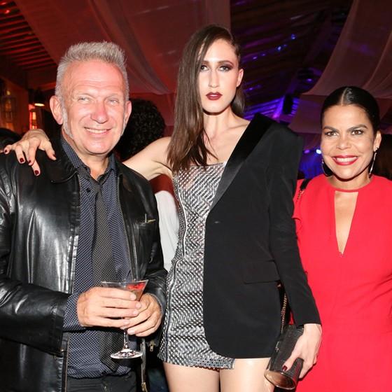 Jean Paul Gaultier e a top Anna Cleveland são recebidos por Daniela Falcão na festa de abertura do Veste Rio (Foto: Reginaldo Costa/ Divulgação)