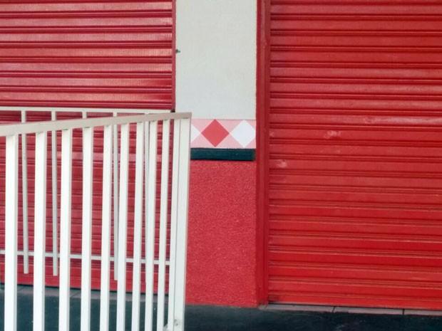 Segundo vítima, dois homens armados anunciaram o roubo ao bar (Foto: Ariane Viana/G1)