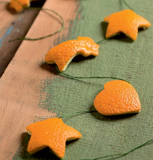 Cascas de laranja deixam um cheirinho bom no ambiente e tem aquela cor bonita que anima qualquer dia. Com a ajuda de cortadores de biscoito, crie formas divertidas e junte todas em um fio. Para passá-lo entre as cascas, use uma agulha. (Foto: Iara Venanzi/Editora Globo)