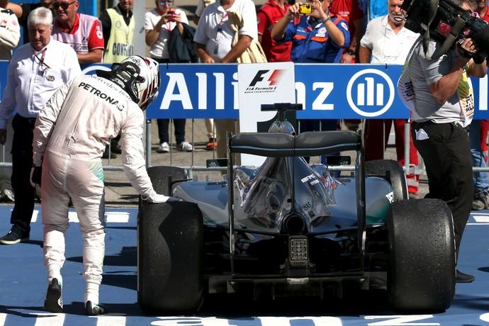 Lewis Hamilton checa pneu da Mercedes após vencer GP da Itália (Foto: Reuters)