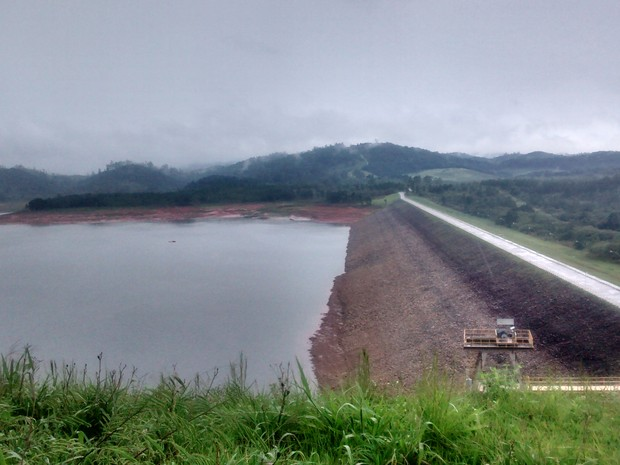 Barragem Ponte Nova, em Salesópolis, nesta sexta (6) (Foto: Maiara Barbosa / G1)