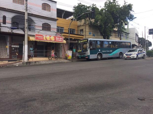 Ônibus é visto circulando pela Grande Vitória às 10h (Foto: Juliana Borges/ G1 ES)