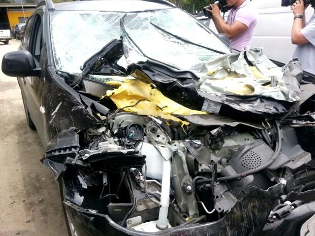 Carro de empresário foi destruído após tiros em avenida de Cubatão, SP (Foto: Solange Freitas / TV Tribuna)