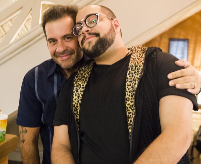 Fran canta no Jurema Hall e salva a pele de Genésio, personagem de Leandro Hassum  (Foto: João Miguel Júnior/Globo)
