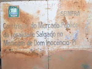 Placa da obra colocada pelo governo ainda em 2006 (Foto: Alonso Gomes/Arquivo Pessoal)
