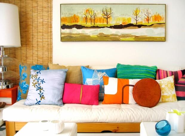 O cantinho favorito da casa de Jonathan é esse quarto que fica no andar debaixo da casa. O espaço foi decorado para ser um ambiente de relaxamento. A disposição de almofadas coloridas dá o toque de alegria que é prioridade para o blogueiro (Foto: Jonathan Lo/Divulgação)