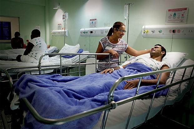 EM RECUPERAÇÃO O motorista Aderson Barreto Brito e sua mãe, Ademaura, num quarto da enfermaria do Hospital do Subúrbio. Ele sofreu uma cirurgia delicada na perna esquerda (Foto: Márcio Lima/ÉPOCA)