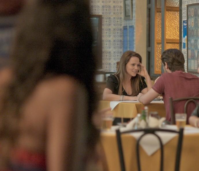 Rafael e Lili mal sabem que Dorinha irá fazer um relatório completo para passar a Germano (Foto: TV Globo)