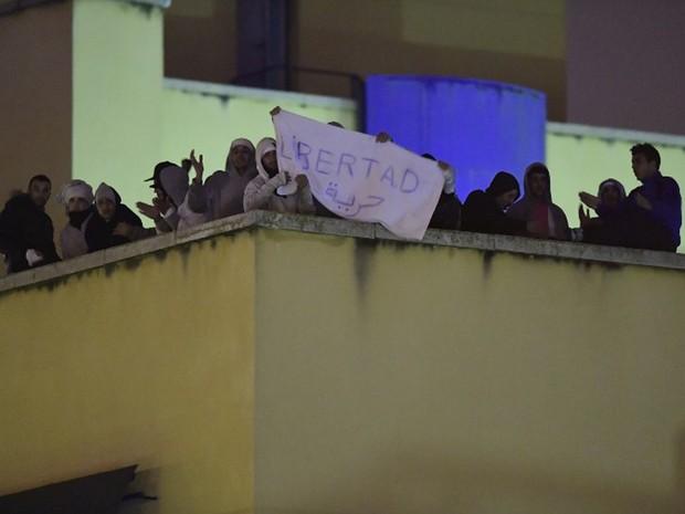 Imigrantes ilegais protestam no telhado de centro de acolhimento de estrangeiros em Madrid, na Espanha, nesta quarta-feira (19)  (Foto: Javier Soriano / AFP)