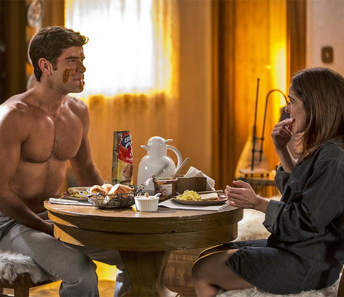 O casal brinca durante o café da manhã (Foto: Ellen Soares/Gshow)