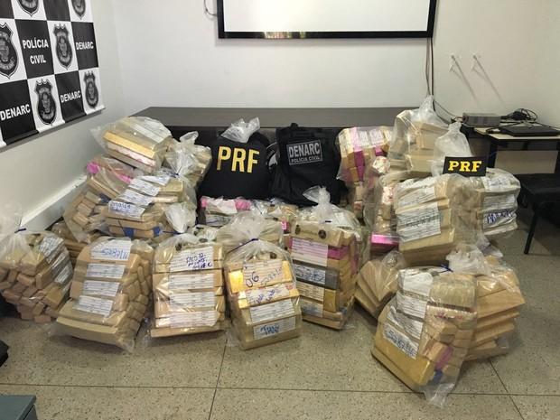 Mais de 800 quilos de maconha são apreendidos na BR-060, em Goiás (Foto: Divulgação/PRF)